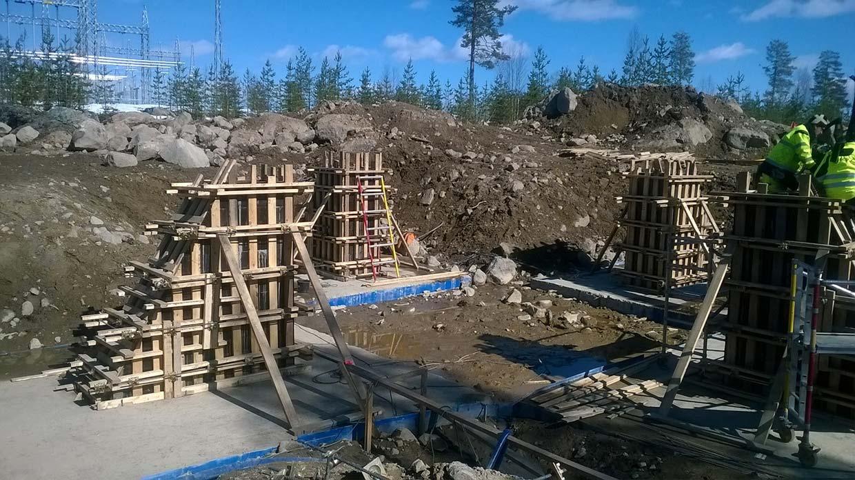 Przygotowanie fundamentu pod linie przesyłowe wysokiego napięcia w Kalix (Szwecja)